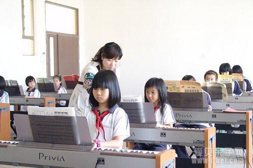 琴童父母以为孩子学习电子琴可以像学钢琴等乐器那样图片