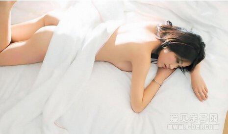 流产后的裸体女人